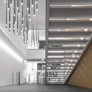 Lighting the stairwell zone with statement fitxures
